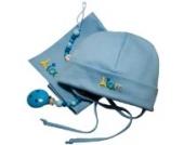 Babygeschenkset on Tour hellblau, Taufgeschenke Jungen, Geschenke zur Geburt, Geschenk-Set 3-teilig, Babyhaube mit Namenstuch und Schnullerkette